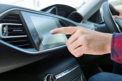Slut upp av den chaufförUsing Touchscreen In bilen arkivbilder