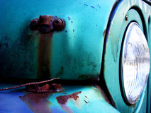 Slut upp av den gamla rostiga bilen Arkivbilder