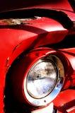 Slut upp av den gamla rostiga bilen Arkivfoto