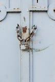Slut upp av den gamla vita porten med låset Royaltyfri Foto