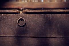Slut upp av den gamla wood bröstkorgen Arkivbild