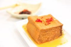 Slut upp av den guld- tofuen (Fried Tofu, frasig utvändig och mjuk insida ) strikt vegetarian Royaltyfri Foto