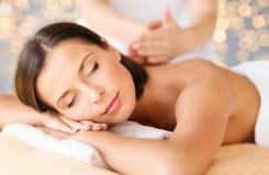 Slut upp av den härliga kvinnan som har massage på brunnsorten royaltyfria bilder