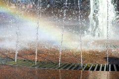 Slut upp av den härliga stadsspringbrunnen Plaska uppåtriktade crystal tunna strömmar av klart kallt genomskinligt vatten, skinan Arkivfoto
