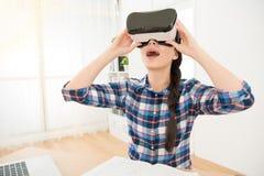 Slut upp av den hållande VR-hörlurar med mikrofon för student Royaltyfria Foton