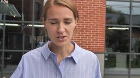 Slut upp av den ilskna kvinnan som skriker och går på gatan stock video