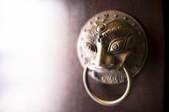 Slut upp av den kinesiska traditionella dörrknackaren för mässingsbrons med lejonhuvudet Arkivbild