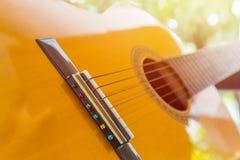 Slut upp av den klassiska gitarren arkivbild