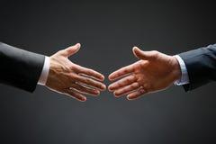 Slut upp av den kommande handskakningen Fotografering för Bildbyråer