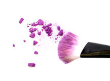 Slut upp av den krossade rodnaden på vit bakgrund och kosmetisk borste Fotografering för Bildbyråer
