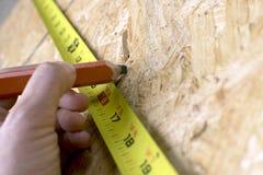 Slut upp av den kvinnliga byggnadsarbetarehanden Royaltyfri Fotografi
