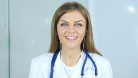 Slut upp av den kvinnliga doktorn som gör video pratstund, webcamsikt Royaltyfria Bilder