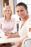 Slut upp av den lyckliga kvinnliga kontorsarbetaren Royaltyfri Fotografi