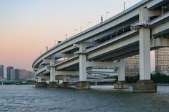 Slut upp av den mång- jämna bron Modern stads- infrastruktur Royaltyfri Bild