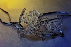 Slut upp av den Mardi Gras eller karnevalmaskeringen på en svart bakgrund royaltyfri foto