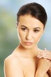 Slut upp av den näcka kvinnan som täcker hennes bröst Arkivfoto