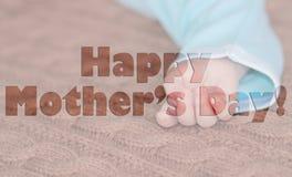 Slut upp av den nyfödda handen , moders begrepp för dag Arkivbilder