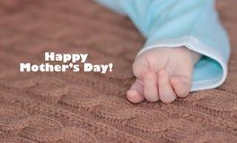 Slut upp av den nyfödda handen , moders begrepp för dag Royaltyfri Fotografi