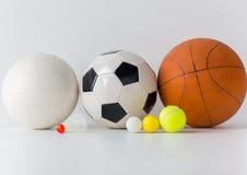 Slut upp av den olika sportbollar och fjäderbollen Arkivbild