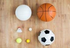 Slut upp av den olika sportbollar och fjäderbollen Royaltyfria Bilder