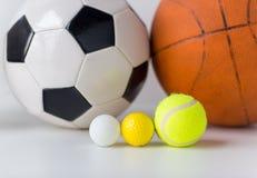 Slut upp av den olika sportbolluppsättningen Arkivfoton