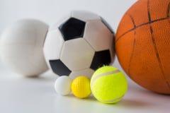 Slut upp av den olika sportbolluppsättningen Arkivfoto