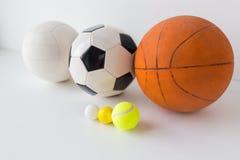 Slut upp av den olika sportbolluppsättningen Royaltyfri Bild