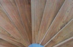 Slut upp av den runda wood trappuppgången Arkivfoton