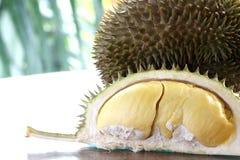 Slut upp av den skalade durianen Royaltyfria Bilder