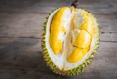 Slut upp av den skalade durianen. Arkivfoton