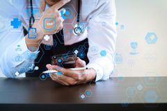 slut upp av den smarta medicinska doktorn som arbetar med den smarta telefonen och st arkivfoto