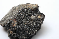 upp av den svarta mineraliska stenen Arkivfoto