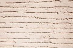 Slut upp av den täckande stuckaturväggen för målarfärg arkivbild
