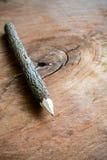 Slut upp av den texturerade filialblyertspennan på gammalt trä Fotografering för Bildbyråer