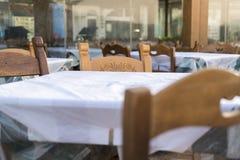 Slut upp av den typiska grekiska restaurangtabellen Royaltyfri Foto