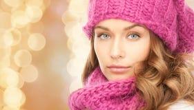 Slut upp av den unga kvinnan i vinterkläder Royaltyfri Bild