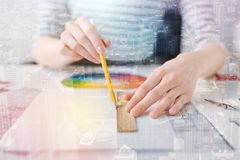 Slut upp av den yrkesmässiga teknikerteckningen med en linjal och en blyertspenna royaltyfria bilder