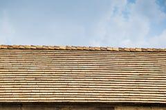 Slut upp av det bruna wood taket på himmel Royaltyfri Bild
