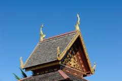 Slut upp av det dekorerade kyrkliga taket av Wat Si Pan Ton Royaltyfria Bilder
