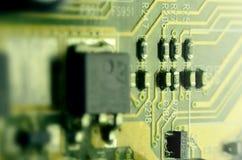 Slut upp av det kulöra mikroströmkretsbrädet abstrakt bakgrundsteknologi Datormekanism i detalj Arkivfoto