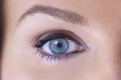 Slut upp av det kvinnliga ögat fotografering för bildbyråer