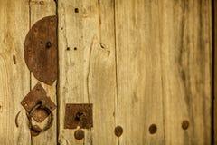 Slut upp av det metalllåset och handtaget på trädörren, Shanxi landskap, Kina Arkivbilder