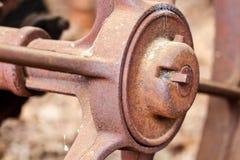 Slut upp av det rostade hjulet på övergiven lantgårdutrustning Arkivbilder