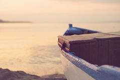 Slut upp av det träblåa fartyget på stranden Se för tappningfilter Royaltyfria Foton