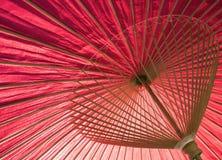 Slut upp av det traditionella japanska röda paraplyet Arkivbilder
