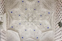 Slut upp av det vita taket inom det vita rummet av den Sammezzano slotten Royaltyfri Bild