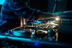 Slut upp av dj-kontrollbordet som spelar partimusik på modern playe Royaltyfri Bild