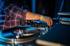 Slut upp av dj-kontrollbordet som spelar partimusik på modern playe Arkivbild