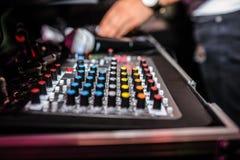 Slut upp av dj-kontrollbordet som spelar partimusik på modern playe Arkivbilder