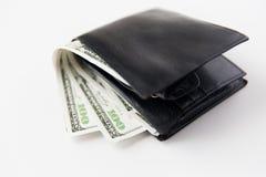 Slut upp av dollarpengar i svart läderplånbok Arkivfoto